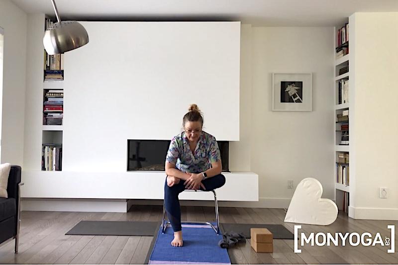 Pratique de yoga sur chaise pour un étirement général du corps