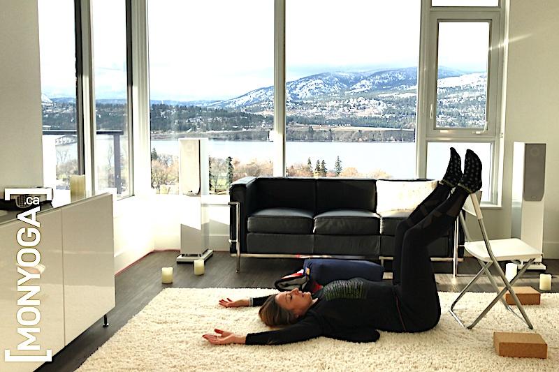 Séance de yoga sur chaise pour respecter son corps en se détendant profondément
