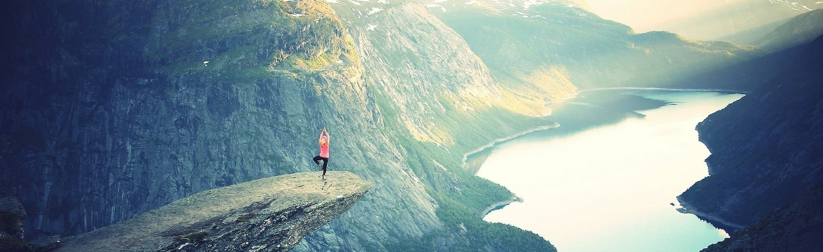 retraite de yoga devant un paysage naturel